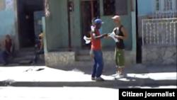 Reporta Cuba activistas de UNPACU reparten octavillas en las calles.