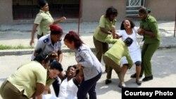 Agentes de la Seguridad del Estado arrestando a las Damas de Blanco.