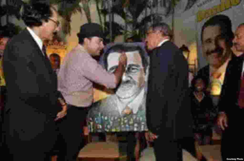 El artista plástico Jimmy Verdecia (izq.) con el presidente dominicano Danilo Medina.