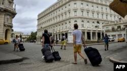 Turistas caminan hacia el Hotel Kempinski.