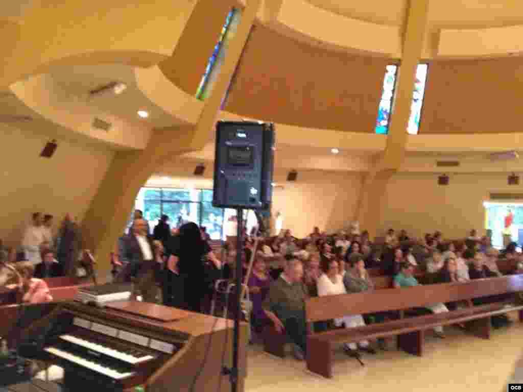 Fieles y amigos se reúnen dentro de la Ermita de la Caridad para rendir tributo al Padre Román Foto/ Álvaro Alba