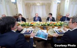 El presidente ruso con politólogos rusos, a su izquierda Mujin.