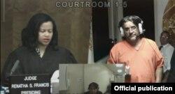 Michel Ibargoyen (d) pide libertad bajo fianza a la jueza Renatha S. Francis. Ibargoyen y otros 12 sospechosos fueron detenidos por comprar gasolina con tarjetas falsas para revenderla,