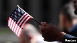 Un nuevo ciudadano de EEUU, durante una ceremonia de naturalización en Nueva York.