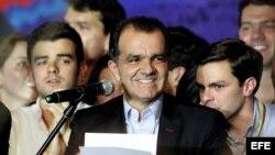 El candidato a la presidencia de Colombia por el partido Centro Democrático Oscar Iván Zuluaga (c) celebra su triunfo en las urnas.