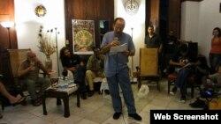 Juan Carlos lee sus poemas en una actividad del proyecto Omni-Zona Franca, en Alamar, La Habana.