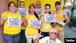 """Activistas cubanos piden libertad de presos políticos en campaña """"Pa' la Calle""""."""