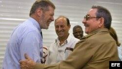 Ian Delaney, de Sherrit, saluda a Raúl Castro durante una de sus visita a Cuba.