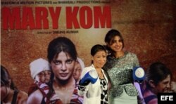 Mary Kom (i) posa junto a la actriz Priyanaka Chopra (d).