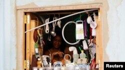 Artículos domésticos y de ferretería se incluyen en la oferta de los revendedores.