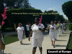 Damas de Blanco desfilan - foto de Angel Moya