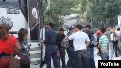 La policía hondureña chequea rutinariamente los autobuses en dirección a Guatemaa, en busca de ilegales