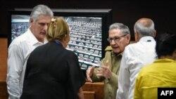 Díaz-Canel y Raúl Castro en la Asamblea Nacional.