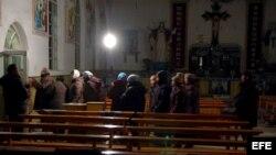 Varias personas abandonan una iglesia en la ciudad china de Zhangjiakou, provincia de Hebei, China.
