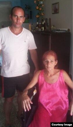 Ramón Alarcón Ramos junto a su madre, la señora Rosa María Ramos García.