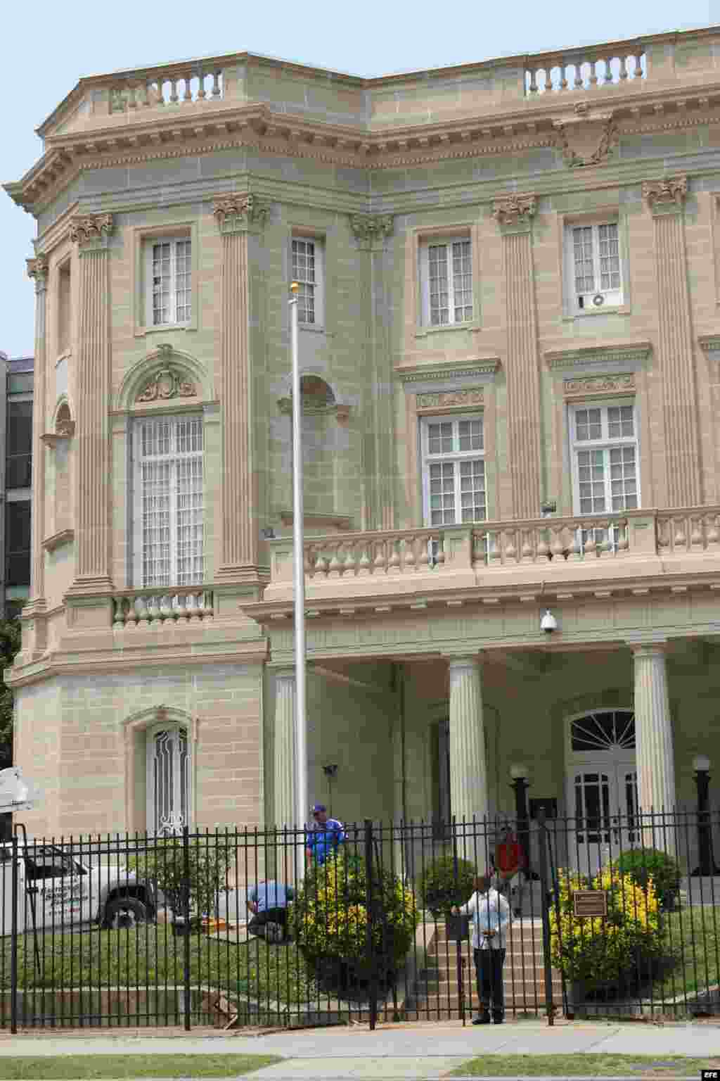 El mástil ubicado a la izquierda está listo para izar bandera en el momento en que se anuncie la apertura de embajadas cubana.