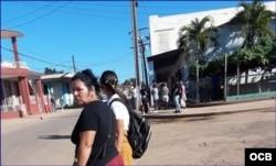 Residentes en San Antonio de los Baños a la caza de transporte público.