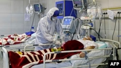 Médico atiende a paciente en cuidados intensivos por COVID-19 en hospital de Teherán, Irán
