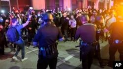 Manifestantes confrontan a la policía durante una manifestación en Minneapolis por la muerte de George Floyd. (AP/Ringo H.W. Chiu)