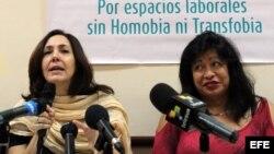 Mariela Castro, directora del Centro Nacional de Educación Sexual (Cenesex), e hija del gobernante de Cuba, Raúl Castro, ofrece una rueda de prensa junto a la activista transexual argentina, Diana Sacayán (i-d).