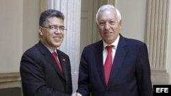 El ministro de Asuntos Exteriores de España, José Manuel García-Margallo (d), recibe a su homólogo de Venezuela, Elías Jaua, hoy en la sede del Ministerio, en Madrid