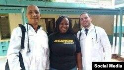 Los médicos cubanos secuestrados en Kenia, Assel Herrera (izq) y Landy Rodríguez (der.), al centro una persona sin identificar. (Facebook).
