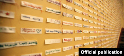 ONU Mujeres/Alfredo Guerrero. En una exposición en México, los nombres de víctimas de feminicidio aparecen junto con etiquetas en blanco que recuerdan a las mujeres no identificadas.