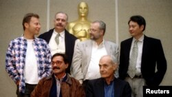 En la foto Tabío sentado a la izquierda junto a Gutiérrez Alea y otros directores nominados al Oscar (Milcho Manchevski, Nikita Mikhalkov, Gerard Corbiau y Ang Lee.