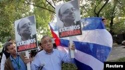 Miembros de la UDI demandan justicia para el fallecido senador Jaime Guzmán frente a la embajada de Cuba en Chile.