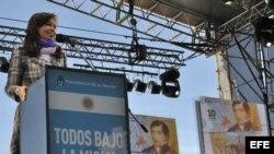 Fotografía cedida por la Presidencia de Argentina que muestra a la mandataria, Cristina Fernández, al saludar a la multitud congregada hoy, viernes 20 de junio de 2014, en la ciudad de Rosario (Argentina), para celebrar el Día de la Bandera.