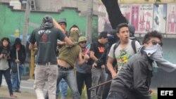 Encapuchados y policías chocan tras marcha por 43 estudiantes desaparecidos en México.