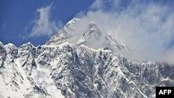La cima del mundo descansa sobre dos placas tectónicas que chocan en una zona altamente sísmica.
