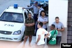 Operativo policial este domingo, 6 de mayo, frente a la sede de las Damas de Blanco. (Foto: Angel Moya)