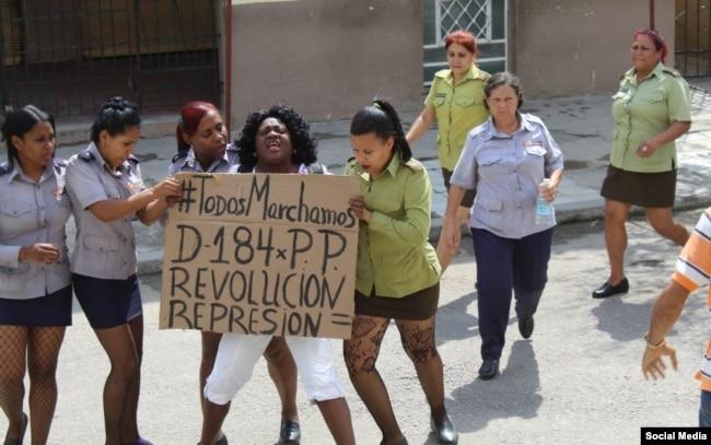 Líder de las Damas de Blanco Berta Soler, arrestada en una protesta.