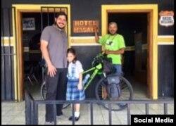 Cristian Fajardo (der.), con un ciclista solitario que se hospedó en su pequeño Hotel Masaya, ahora reducido a cenizas por los orteguistas