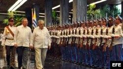 El presidente cubano Raúl Castro (i) y el presidente de Uruguay José Mujica (d) pasan revista a la guardia de honor en el Palacio de la Revolución en La Habana (Cuba).