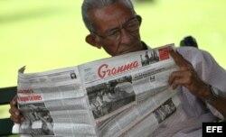 Un hombre lee el diario oficial Granma, en La Habana.