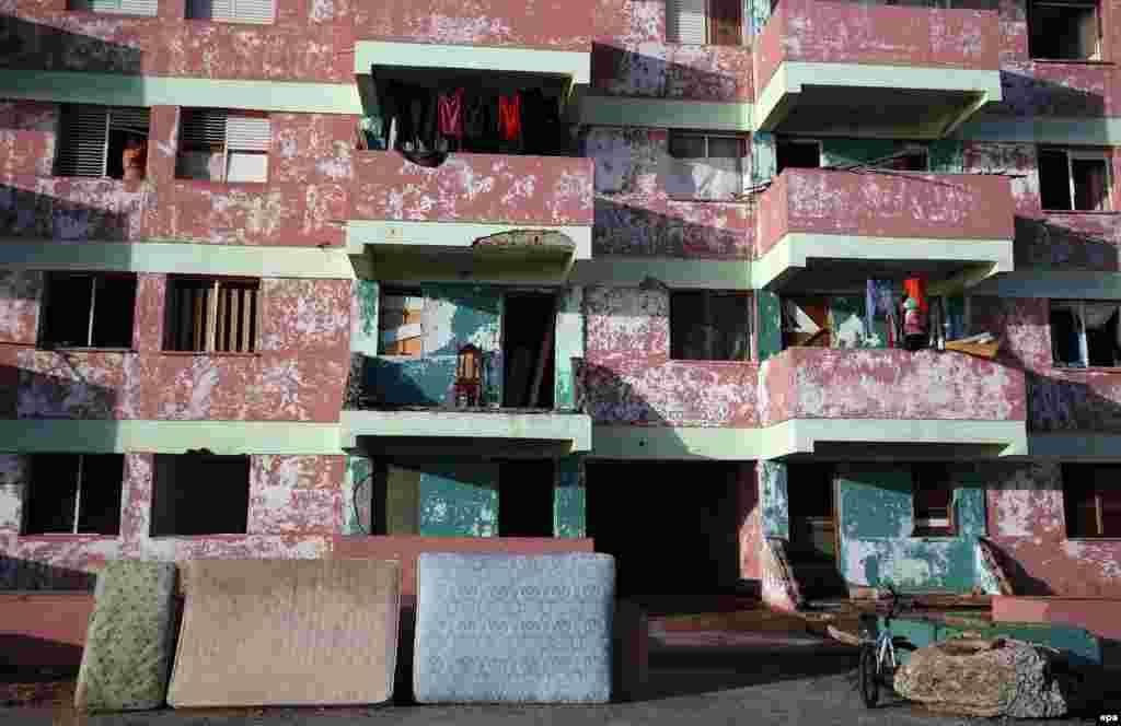 Cubanos ponen a secar colchones hoy, viernes 7 de octubre de 2016, tras el paso hace tres días del huracán Matthew en Baracoa (Cuba).EFE/Alejandro Ernesto
