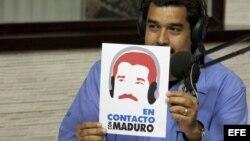 """El presidente de Venezuela, Nicolás Maduro, participa en el inicio del programa de radio """"En contacto con Maduro""""."""