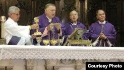 El arzobispo de Miami Thomas Wenski (2i) celebra misa en la Catedral de La Habana. Archivo.
