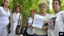 Un grupo de Damas de Blanco leen una carta al canciller argentino Rafael A. Bielsa. AP Photo/Christobal Herrera