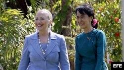 El primer encuentro en Rangún de estas dos influyentes mujeres fue, según Clinton, como el de dos viejas amigas.