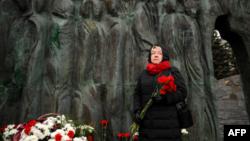 Mujer rinde homenaje en Moscú a las víctimas del estalinismo