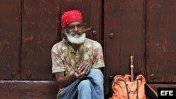 Un anciano en una calle de La Habana. EFE