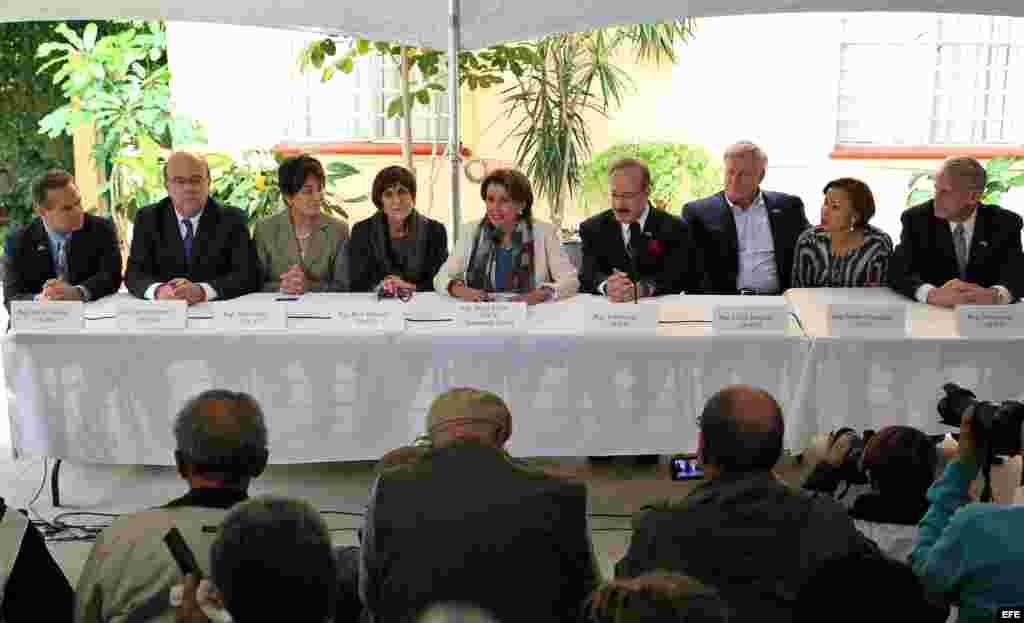 La líder demócrata estadounidense Nancy Pelosi (c) ofrece una rueda de prensaen La Habana (Cuba).