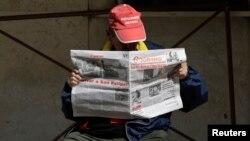 Un hombre lee el periódico Granma