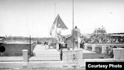 El 20 de mayo de 1902 la bandera de Cuba ondeó sola por primera vez en los edificios públicos.