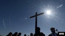 Decenas de personas participan en un Via Crucis de Viernes Santo en el puente de Brooklyn en Nueva York, Estados Unidos, hoy, viernes 29 de marzo de 2013.