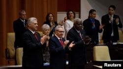 Díaz-Canel, Raúl Castro y Esteban Lazo durante la promulgación de la Nueva Constitución el 10 de abril de 2019. Irene Perez/Courtesy Cubadebate/Handout via REUTERS