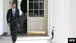 El presidente de Estados Unidos, Barack Obama, se dirige al inicio de su jornada al Despacho Oval a través de la columnata de la Casa Blanca, en Washington (EE.UU.). ,